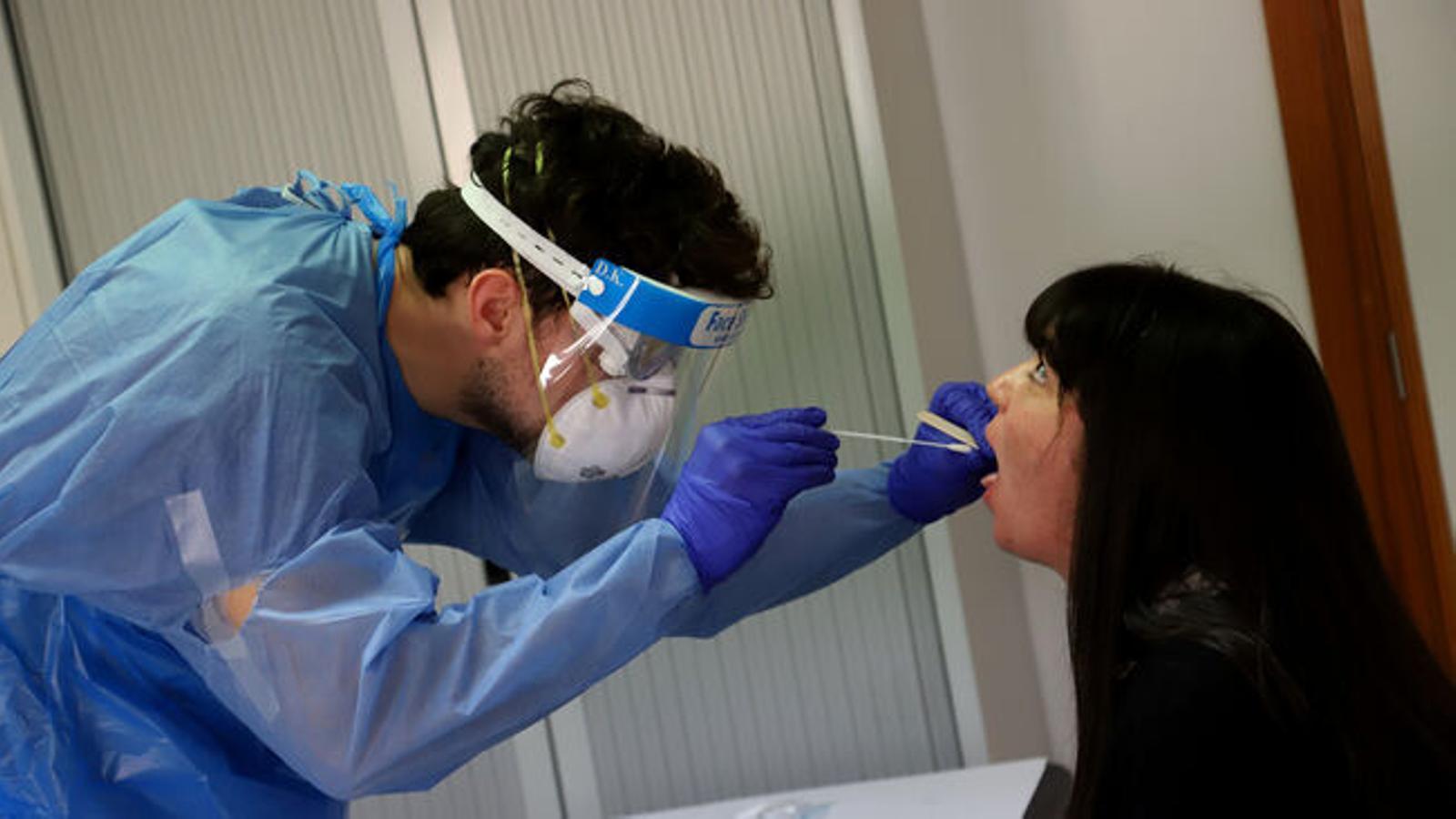 Sanitaris fan proves de detecció del coronavirus. / ISMAEL VELÁZQUEZ