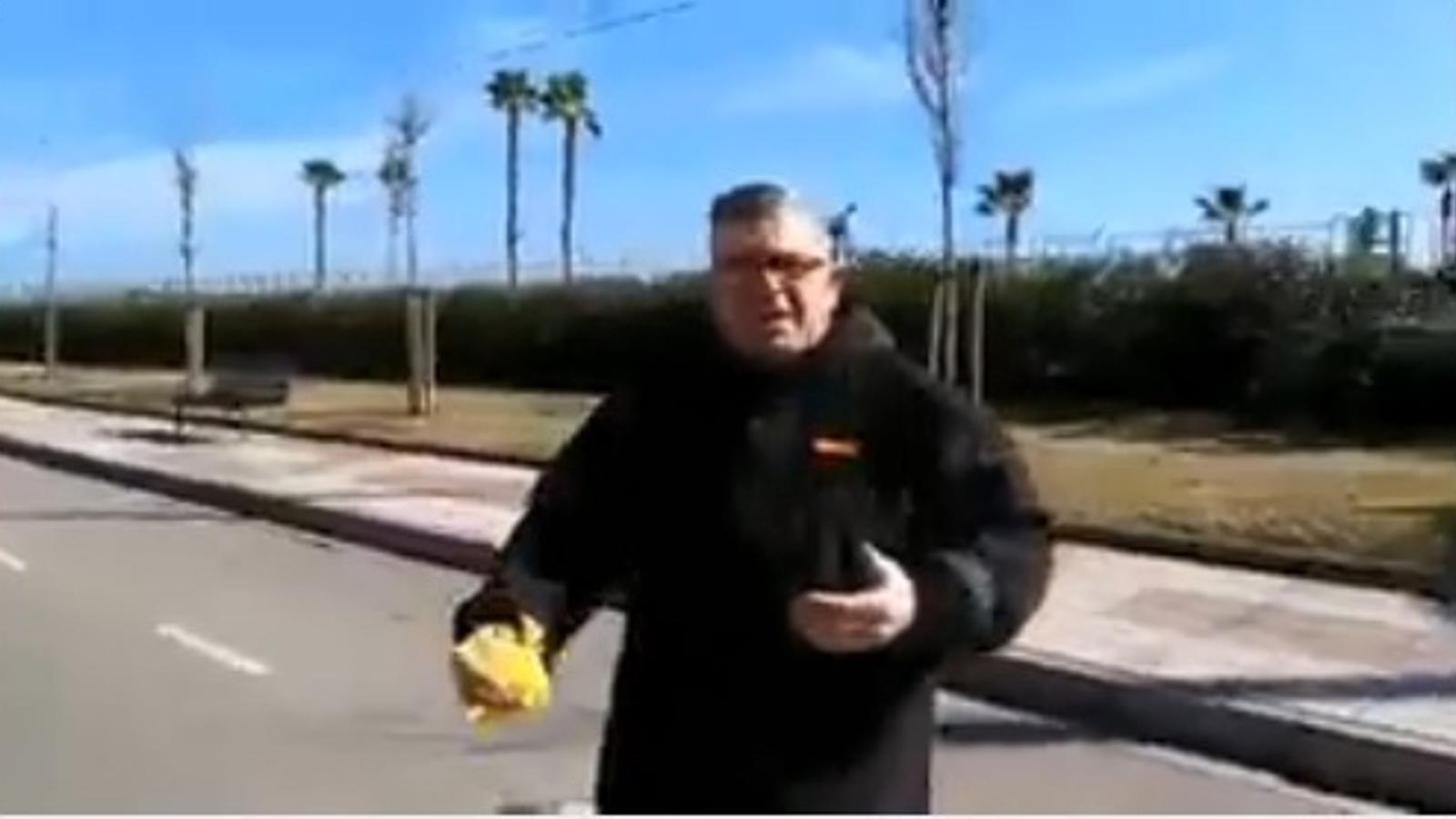 Vídeo accidental d'unes amenaces per uns llaços grocs a Pineda de Mar
