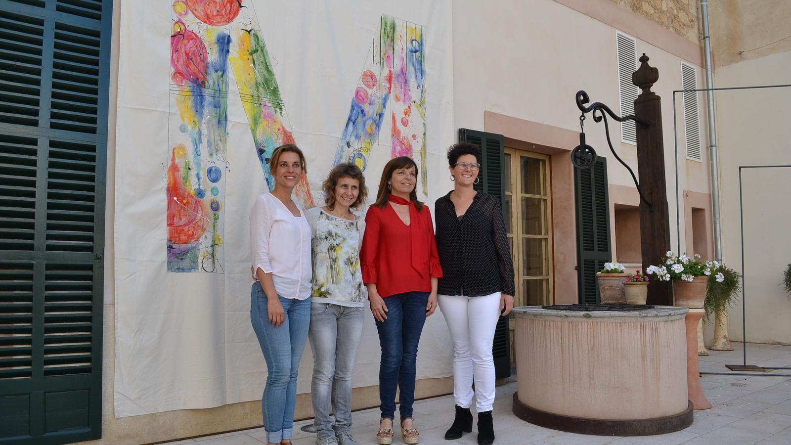 L'actriu Bàrbara Nicolau (esquerra) presentarà l'entrega del premis. Vora ella, Bàrbara Sagrera, gerent de la Institució Pública Mossèn Alcover, la batlessa, Catalina Riera, i a delegada de Cultura, Antònia Llodrà.