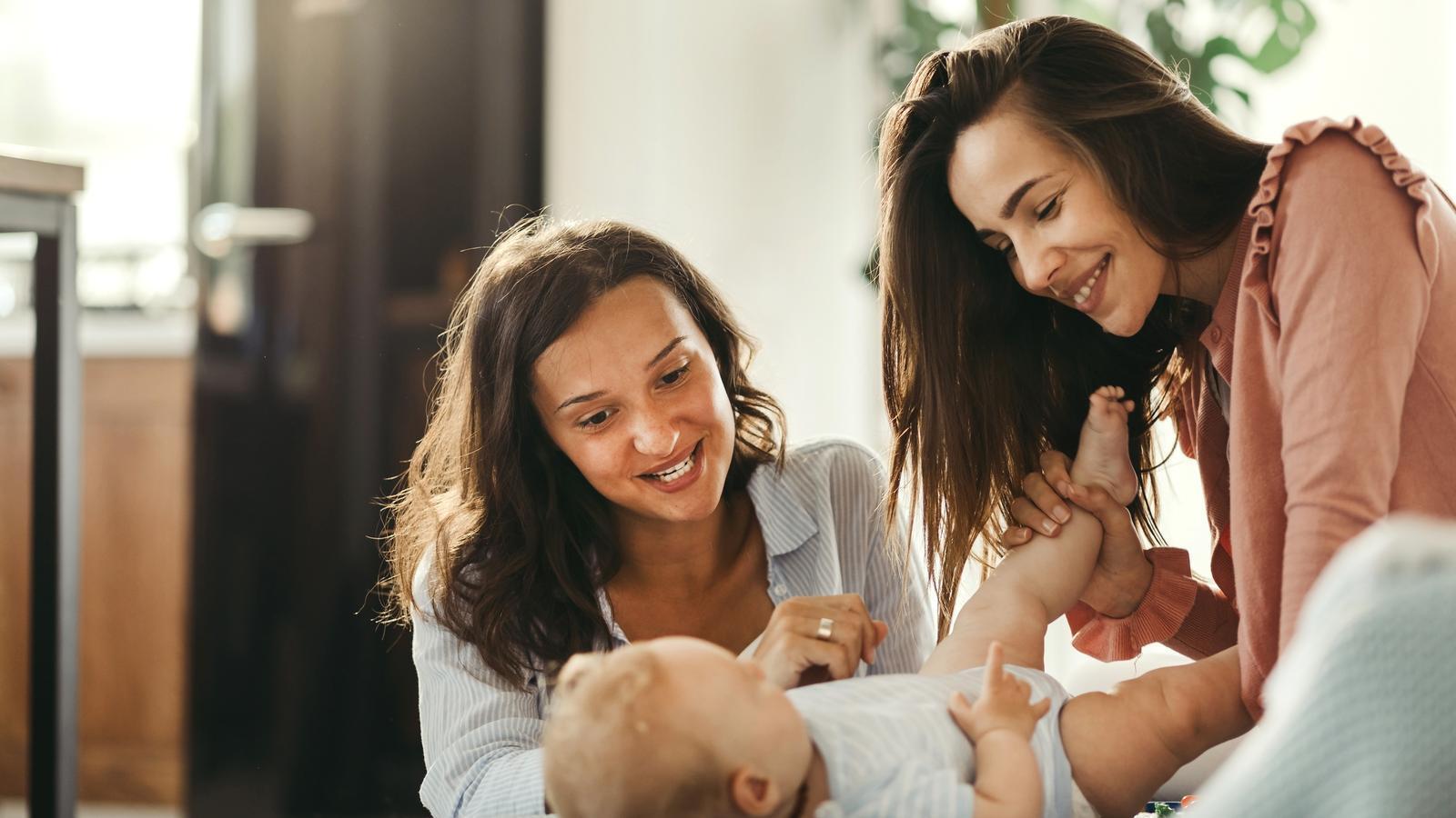 La bretxa de gènere es redueix abans en les parelles de mares lesbianes