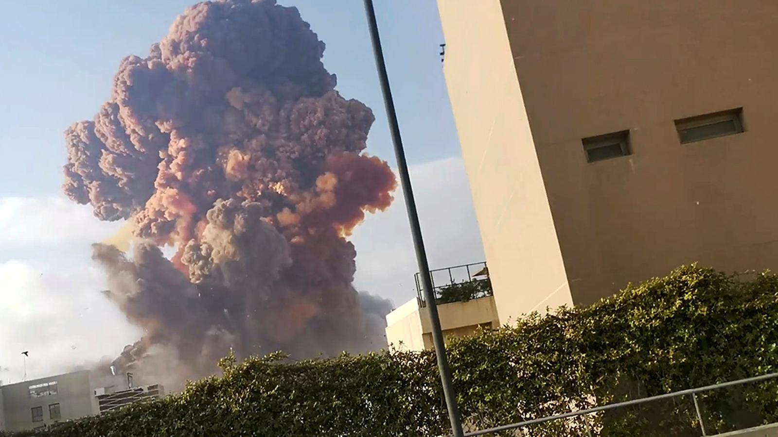 L'explosió al port de Beirut ha provocat una enorme columna de fum