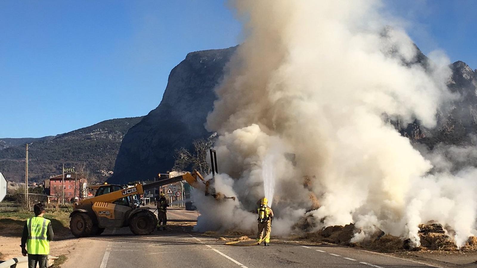 L'extinció de l'incendi en un camió de transport de palla a Coll de Nargó. / ARA ANDORRA