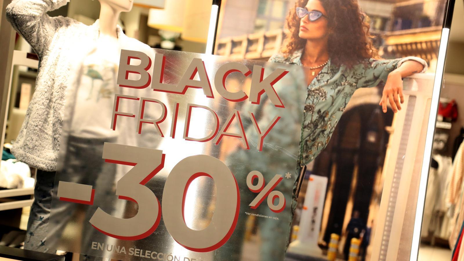 Una botiga del centre de Palma ofereix descomptes per Black Friday / ISMAEL VELÁZQUEZ
