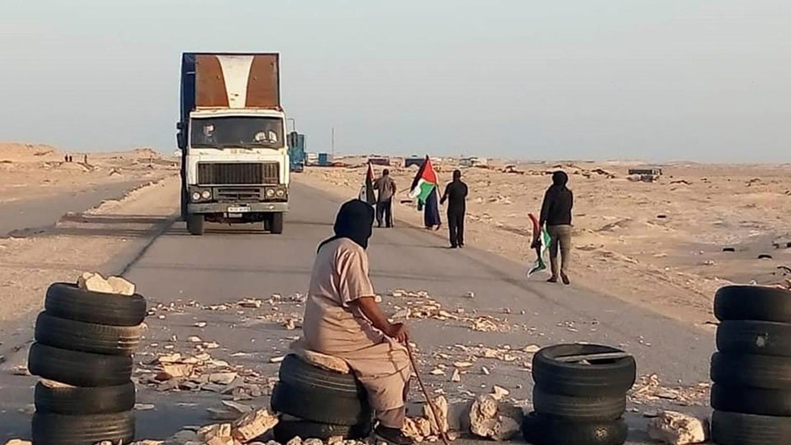Refugiats sahrauís tallant el pas fronterer de Guerguerat.