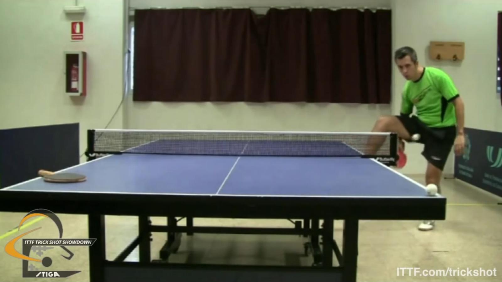 El palista català Josep Anton participa en un concurs internacional de trucs de tenis taula