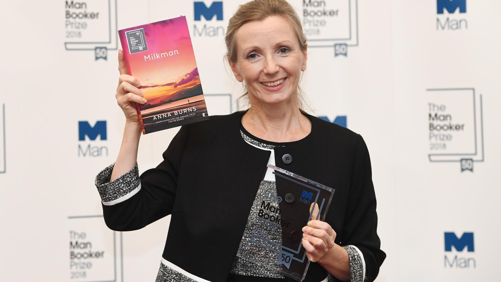 Anna Burns recollint el premi a la cerimònia de l'ajuntament medieval de Londres
