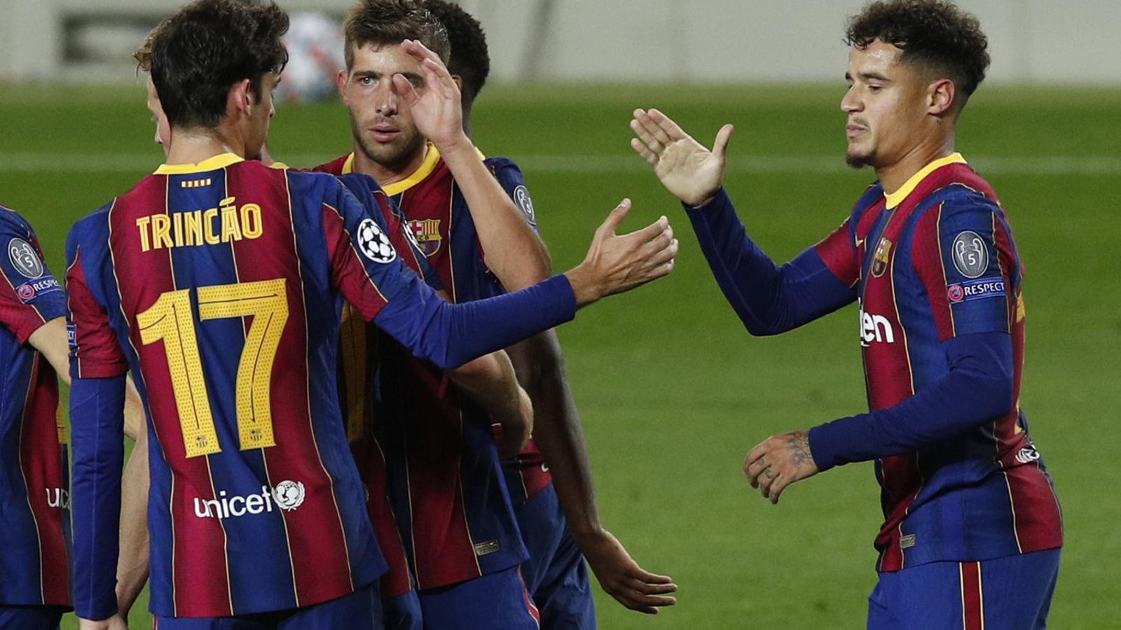 Els jugadors del Barça felicitant Philippe Coutinho pel seu gol a la Champions.