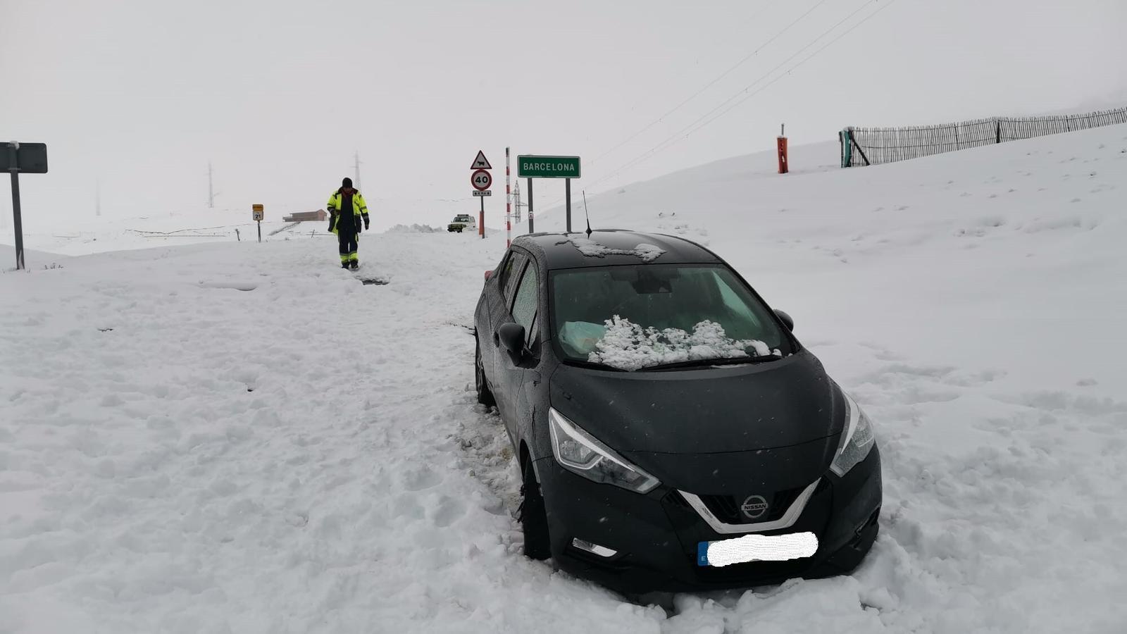 El vehicle, atrapat a la neu, ja al terme municipal d'Alp. / MOSSOS