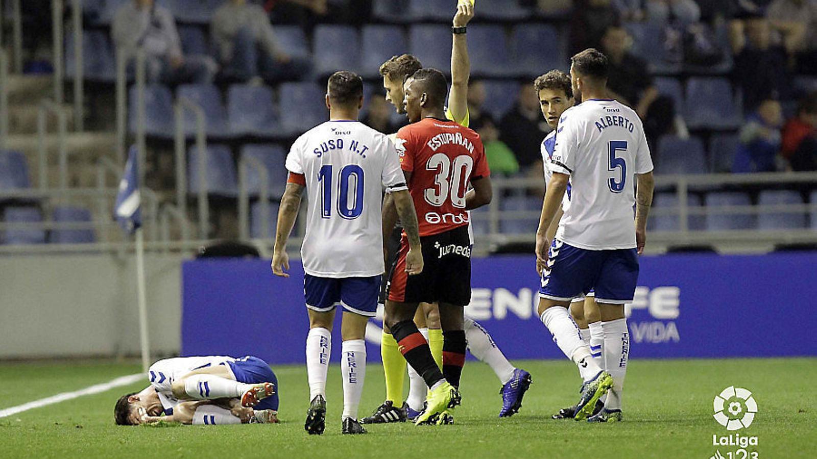 Estupiñán veu la segona targeta groga del partit, que va suposar deixar el Mallorca amb deu jugadors.