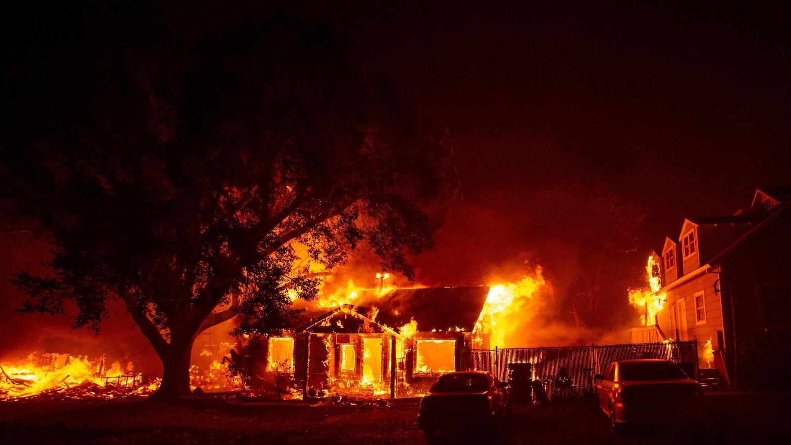 Una casa afectada per l'incendi de Califòrnia