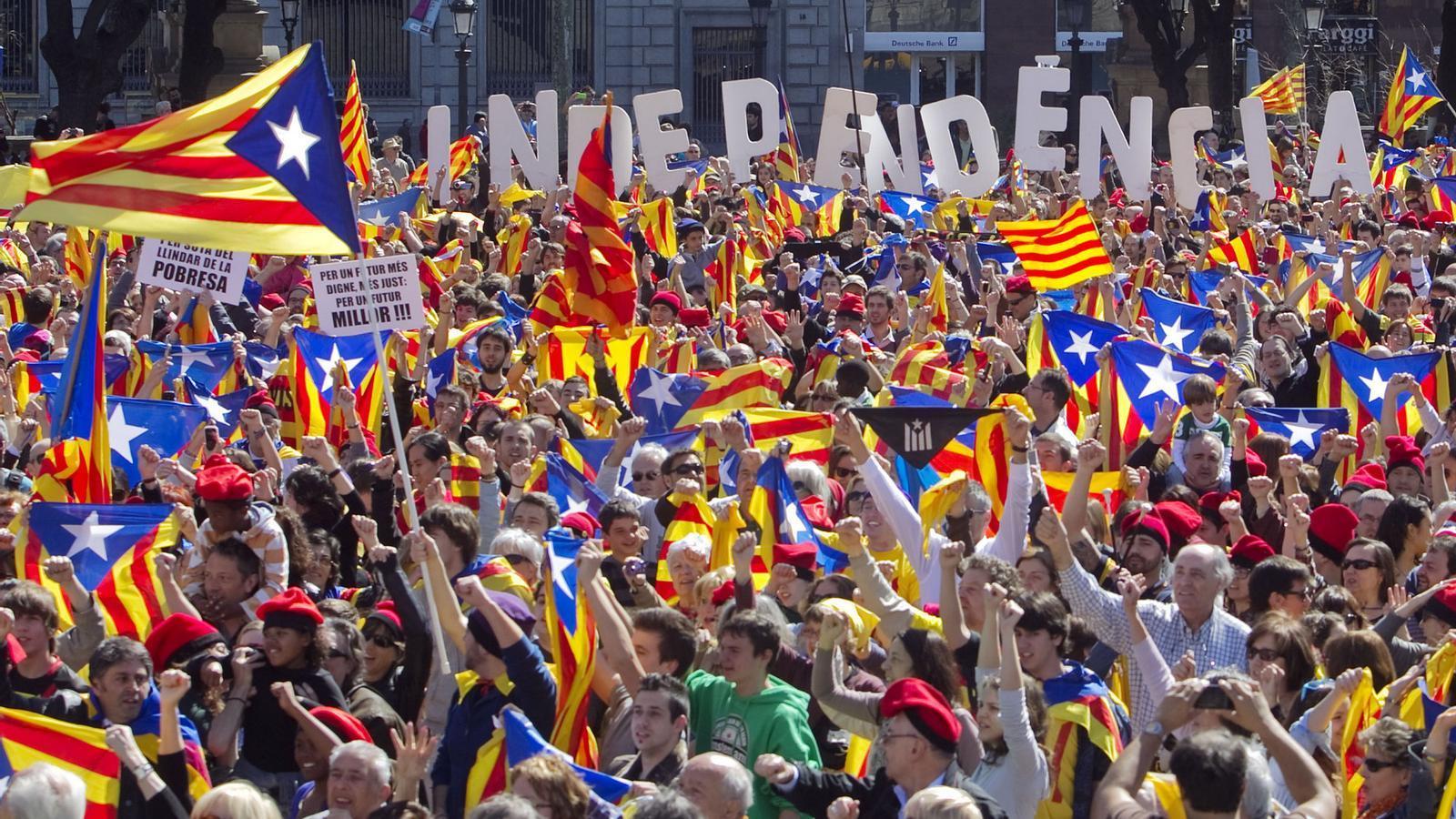 Imatge d'arxiu del 'flashmob' multitudinari per la independència que es va fer a la plaça Catalunya / PEREVIRGILI
