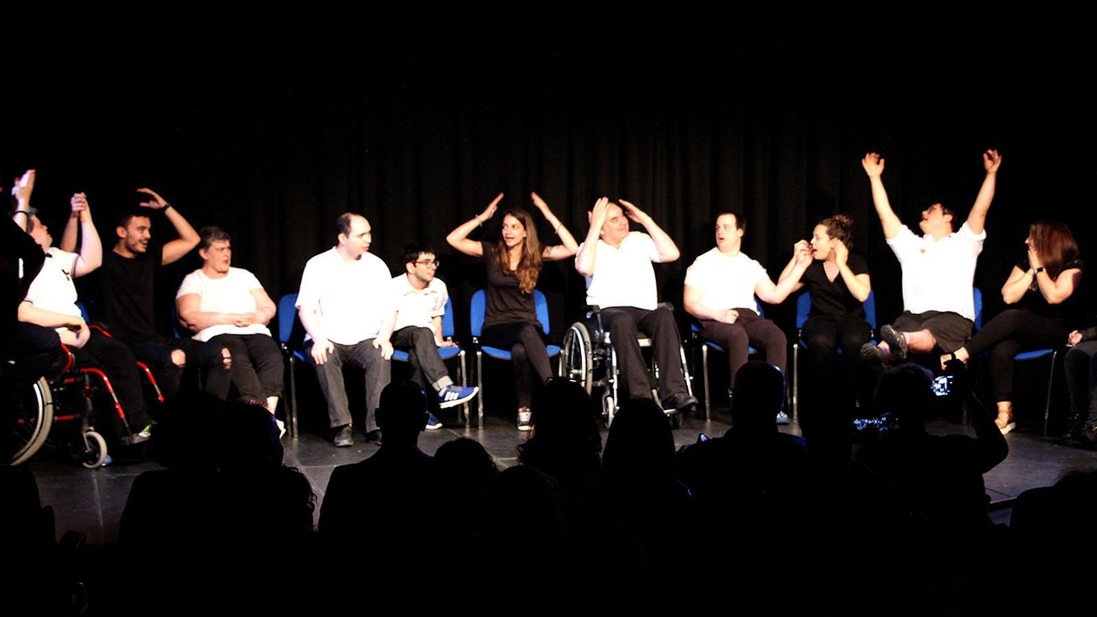 Un moment de l'espectacle 'ComuSiquem-nos', que s'ha ofert aquest divendres al migdia a la Llacuna. / M. F. (ANA)