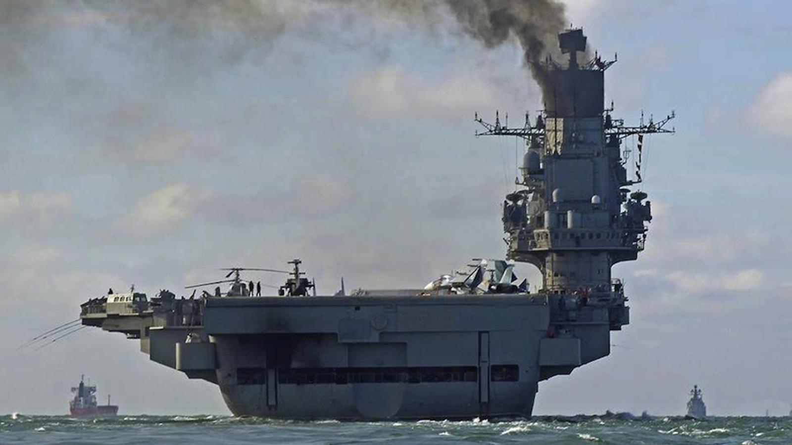El portaavions rus Almirall Kuznetsov, en passar pel canal de la Mànega.