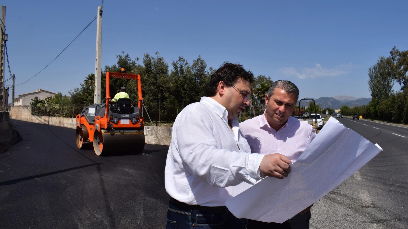 Andreu Caballero i Virgilio Moreno mirant els plànols dels camins que s'intervenen.