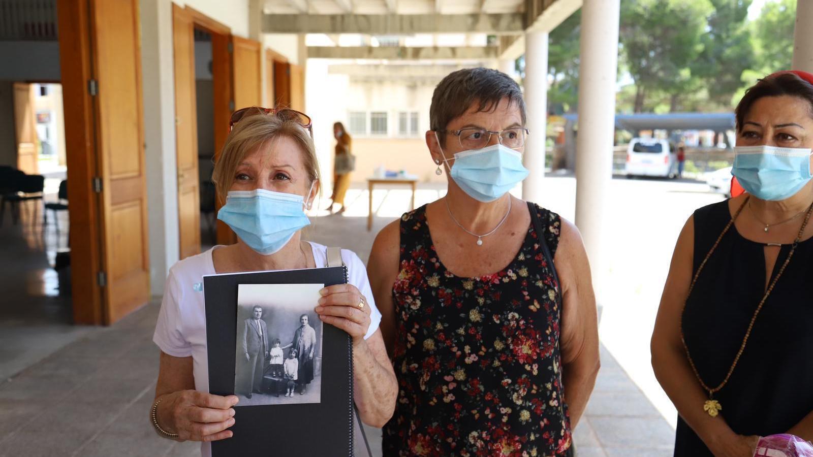 Familiars que esperen trobar el cos dels seus avantpassats