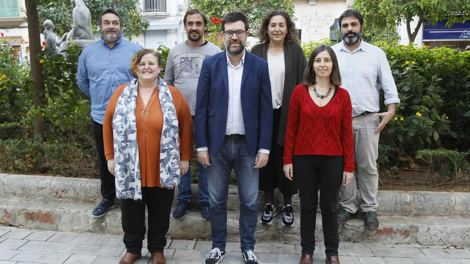 Toni Noguera, acompanyat pel diputat Joan Mas, l'exconsellera Ruth Mateu, Mateu Xurí, Catalina Inès Perelló, la regidora Neus Truyol i el diputat Josep Ferrà