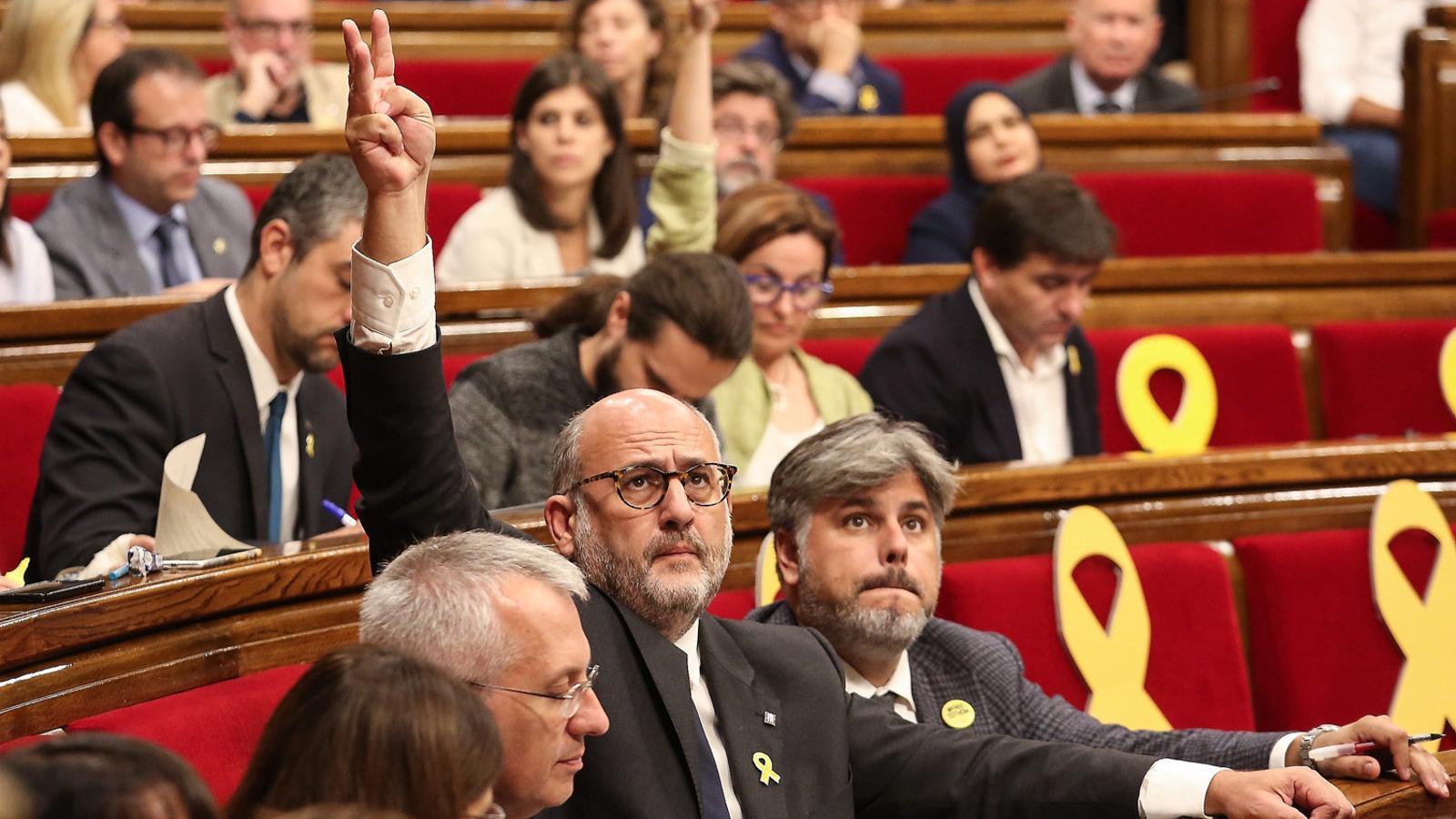 Els portaveus de JxCat, Albert Batet i Eduard Pujol, en la votació ahir al ple.
