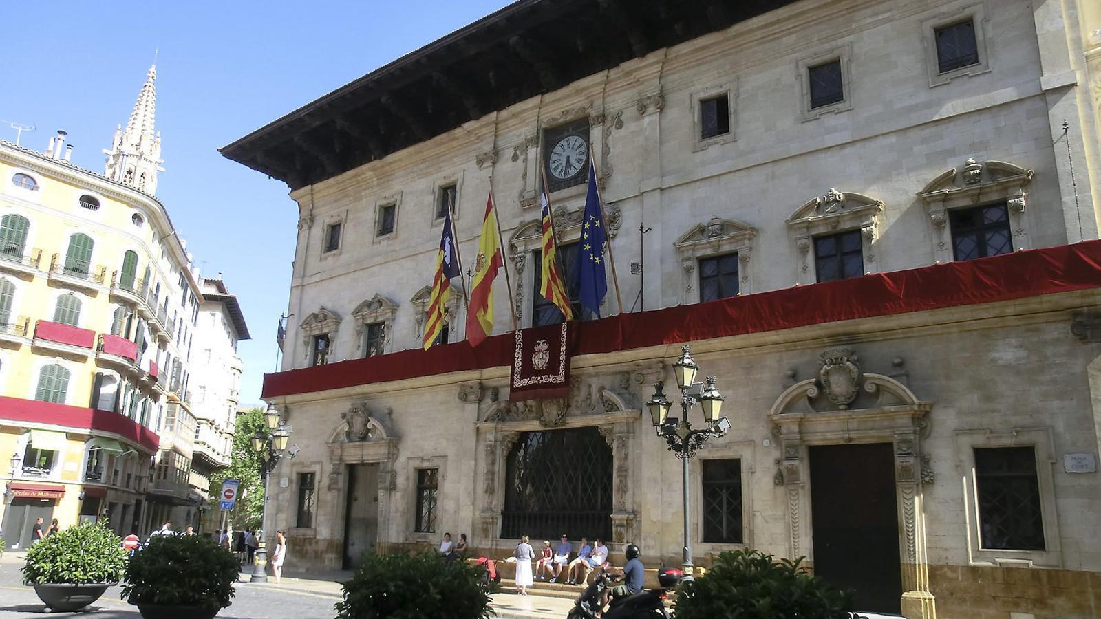 En termes absoluts, els dotze municipis amb més deute està liderat per Palma, amb 317,7 milionsd'euros, seguit de Llucmajor (22,3), Eivissa (21,7), Calvià (21,6)...
