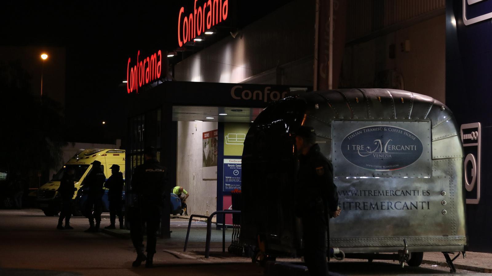 Un home apunyala i mata la seva exparella en un centre comercial a Palma