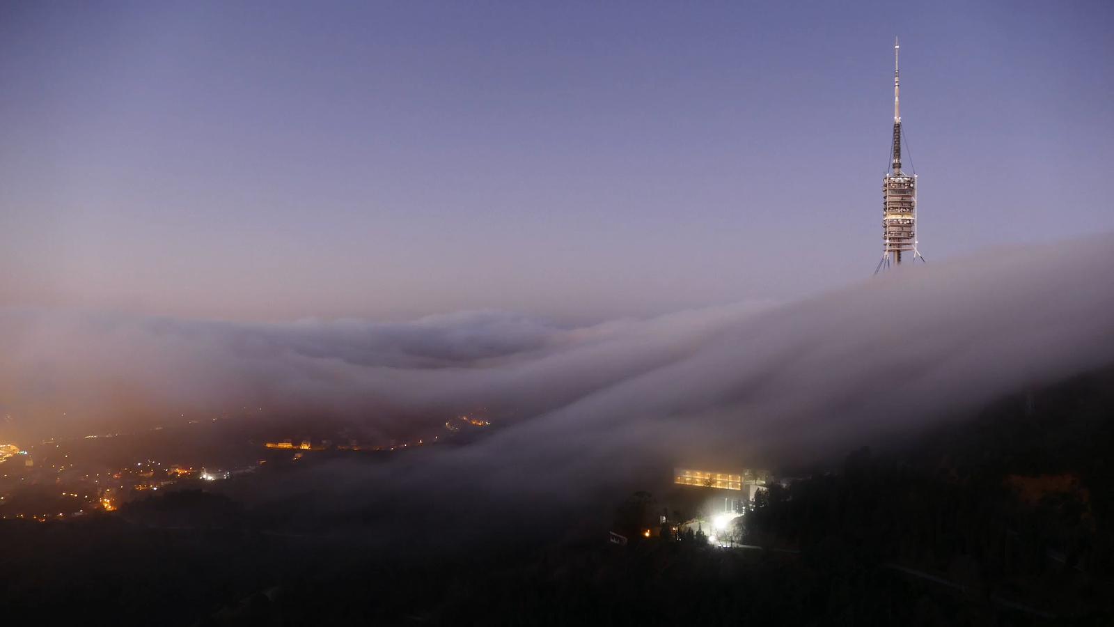 'Time-lapse' d'aquest matí amb la boira saltant d'un costat a l'altre a Collserola