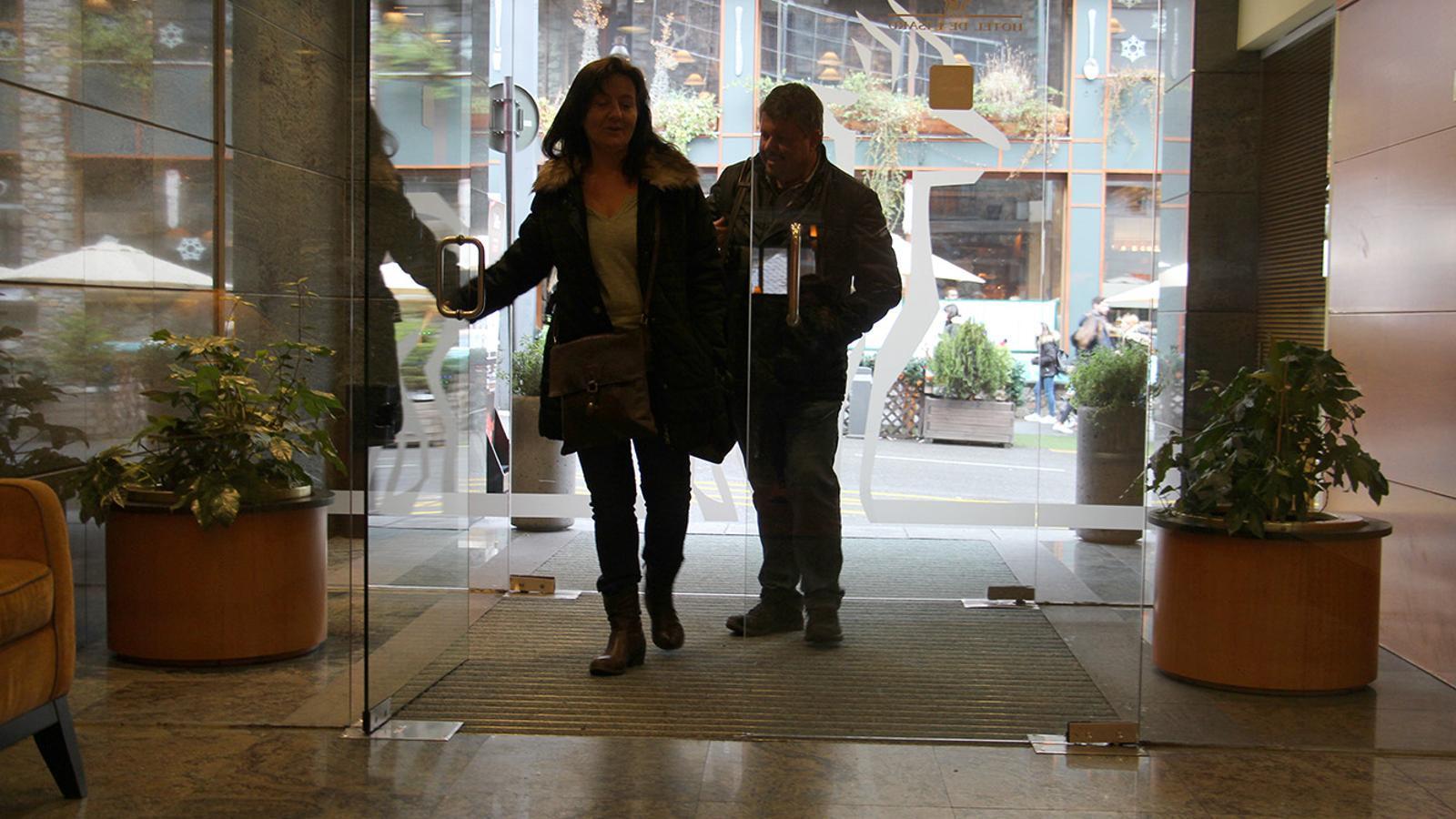 Turistes entrant a l'hotel Isard aquest dissabte / M.G.C.