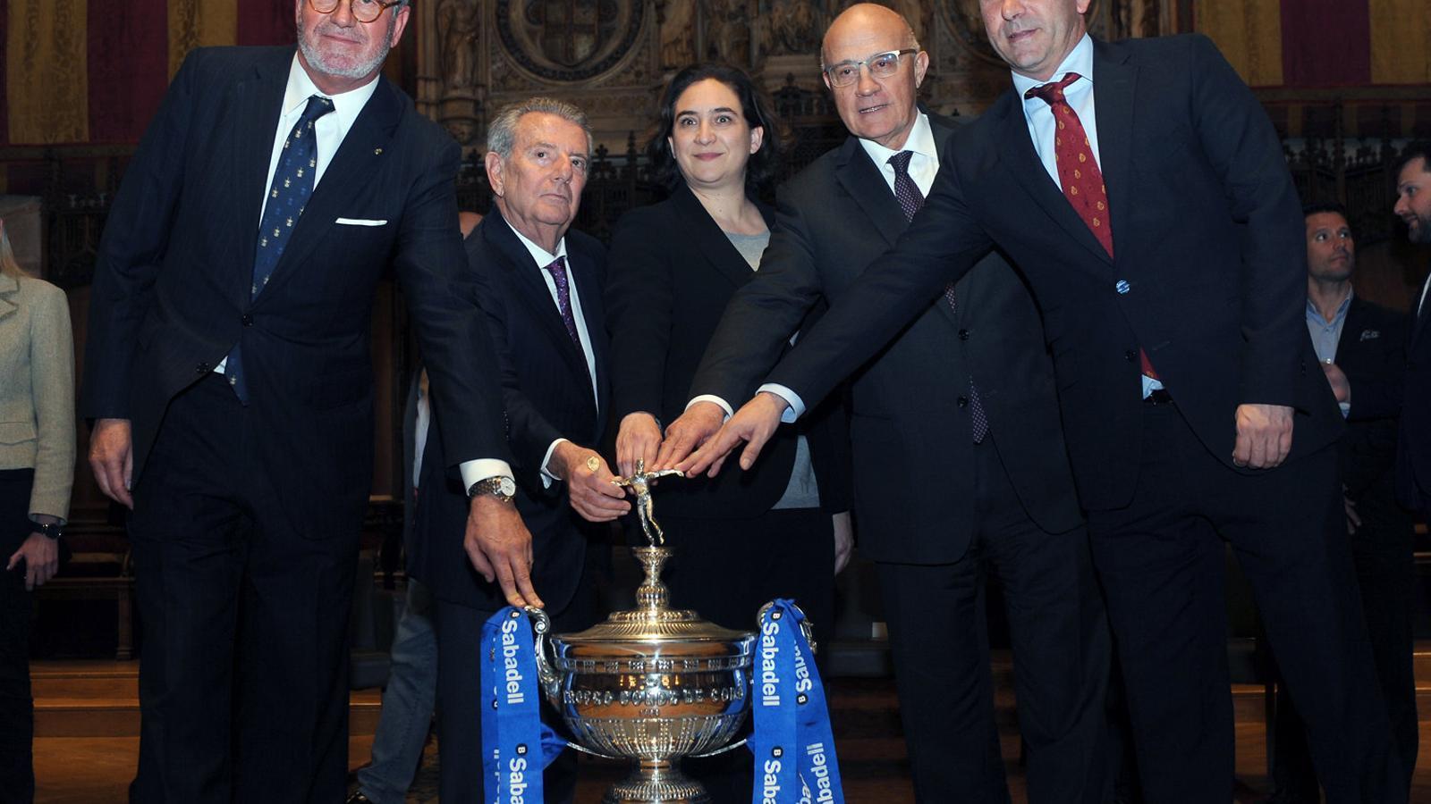 Agustí, Godó, Colau, Oliu i Costa, amb el trofeu.