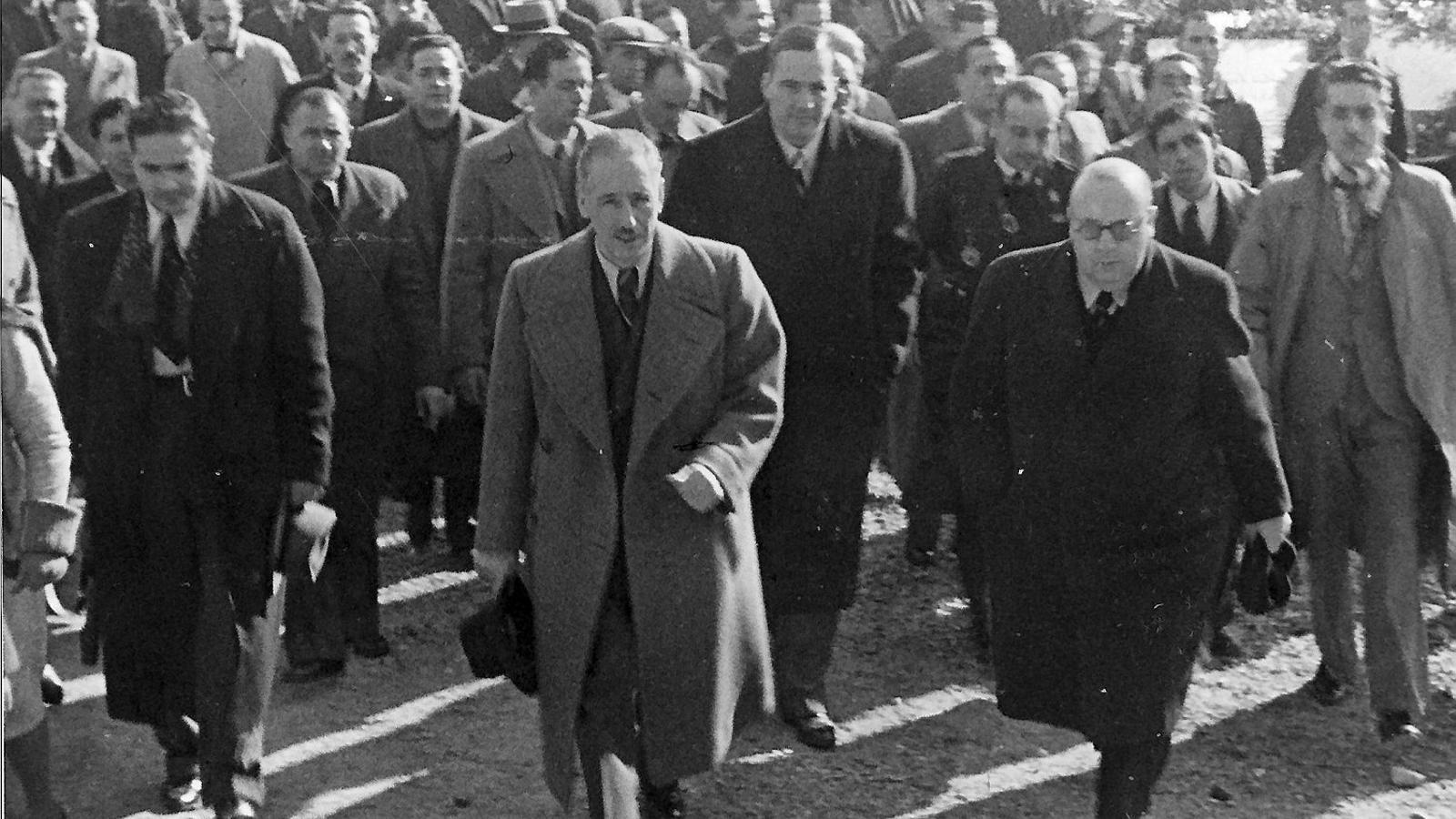 Els expresidents Lluís Companys i Josep Tarradellas i el ministre republicà Indalecio Prieto, en una visita a la tomba de Francesc Macià.
