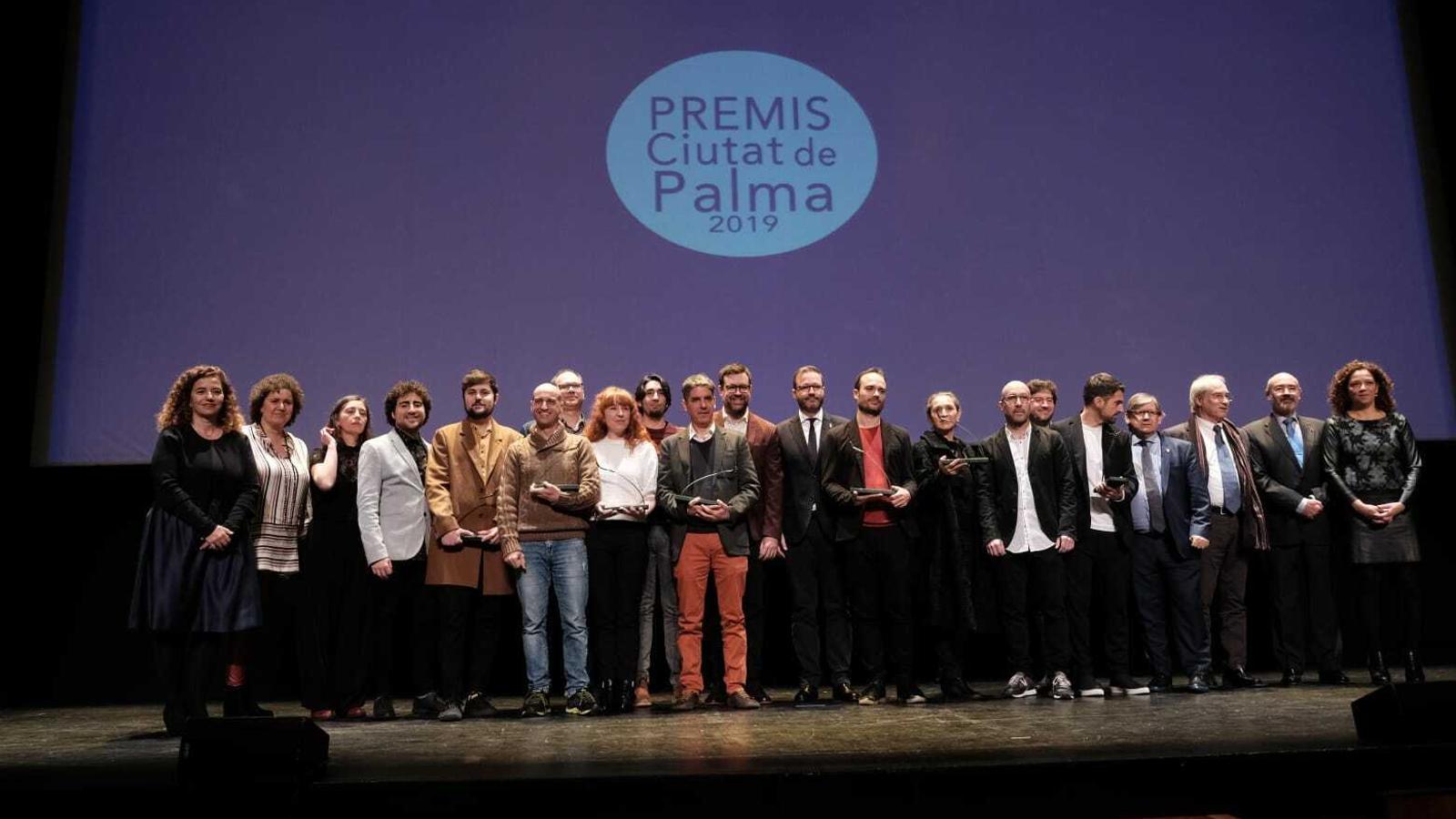 Imatge dels premiats amb les autoritats polítiques