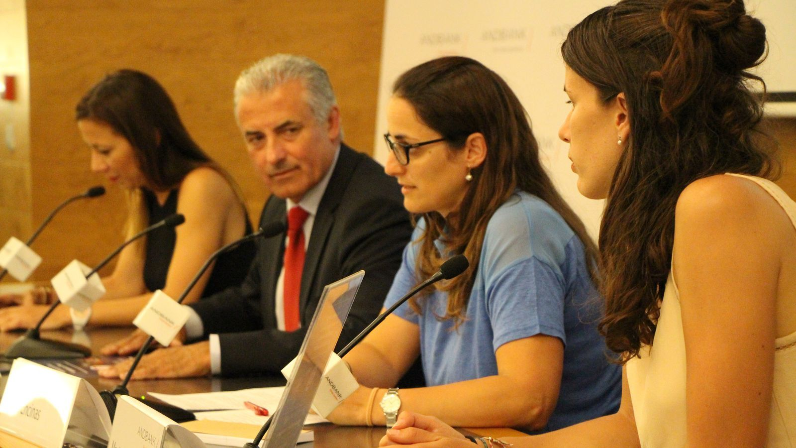 Marta Ballús, de màrqueting de Pyrénées, Sílvia Encinas promotora de la iniciativa, el sotsdirector general d'Andbank, Josep Maria Cabanes i Anna Hernàndez de Proactiva Open Arms