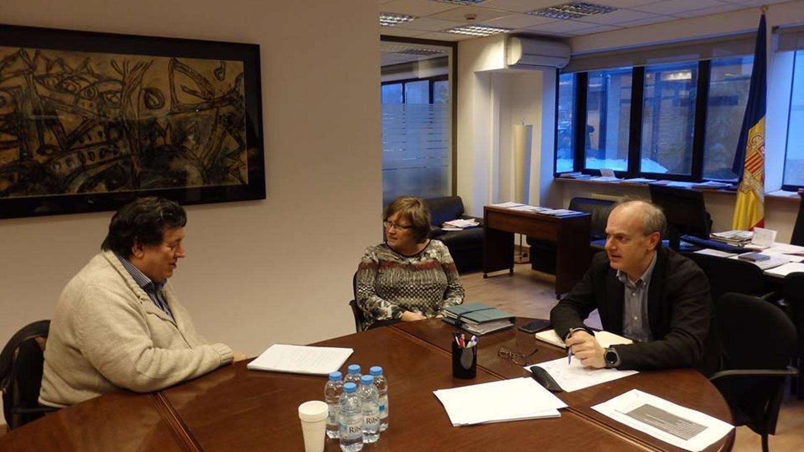 El ministre de Salut, Carles Álvarez Marfany, durant una reunió amb el president de l'Associació andorrana contra el càncer, Josep Saravia. / Assandca