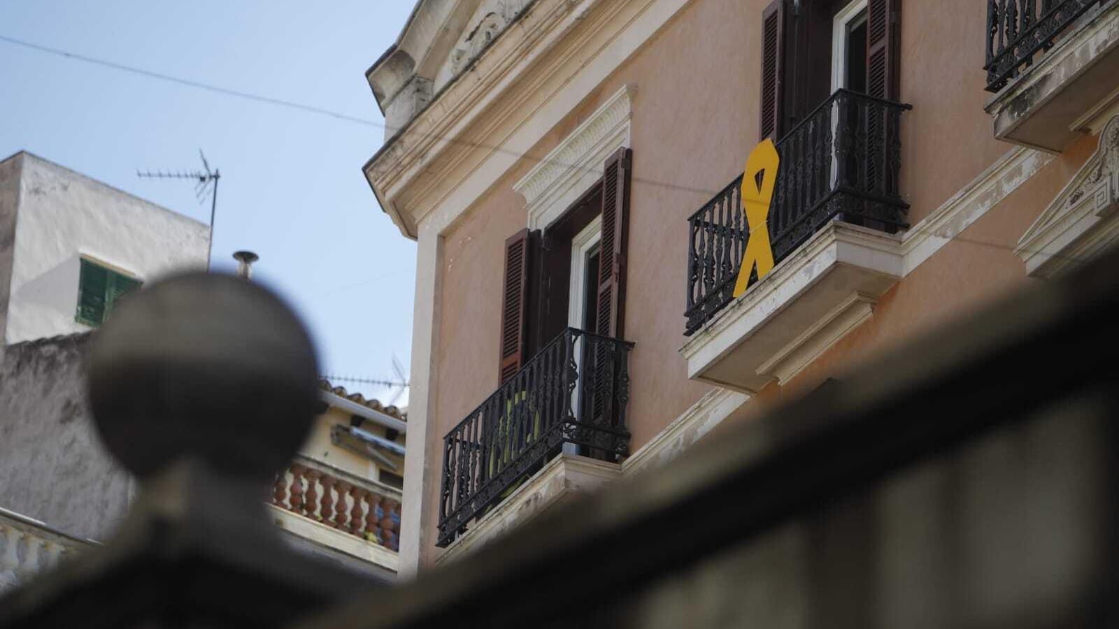 Llaç Groc penjat al balcó de les oficines de MÉS per Mallorca en el Parlament