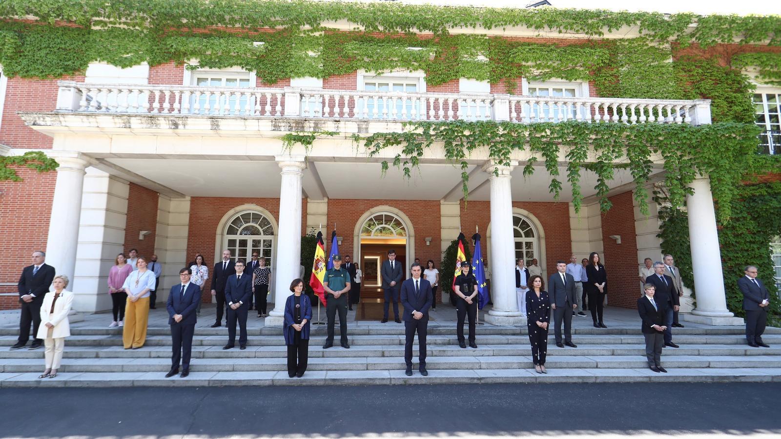 Membres del govern espanyol, acompanyats del personal de la Moncloa, durant el minut de silenci mantingut aquest divendres a les 12h per les víctimes del coronavirus. Avui Espanya acaba el dol nacional de 10 dies decretat dimarts de la setmana passada per Pedro Sánchez.