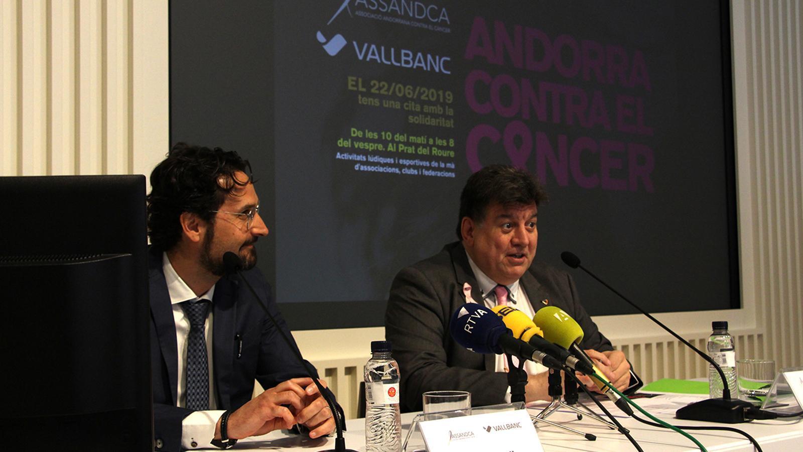 El director de gestió de persones de Vall Banc, Marc Cornella, i el president d'Assandca, Josep Saravia, en la presentació de la jornada 'Andorra contra el càncer'. / M. F. (ANA)