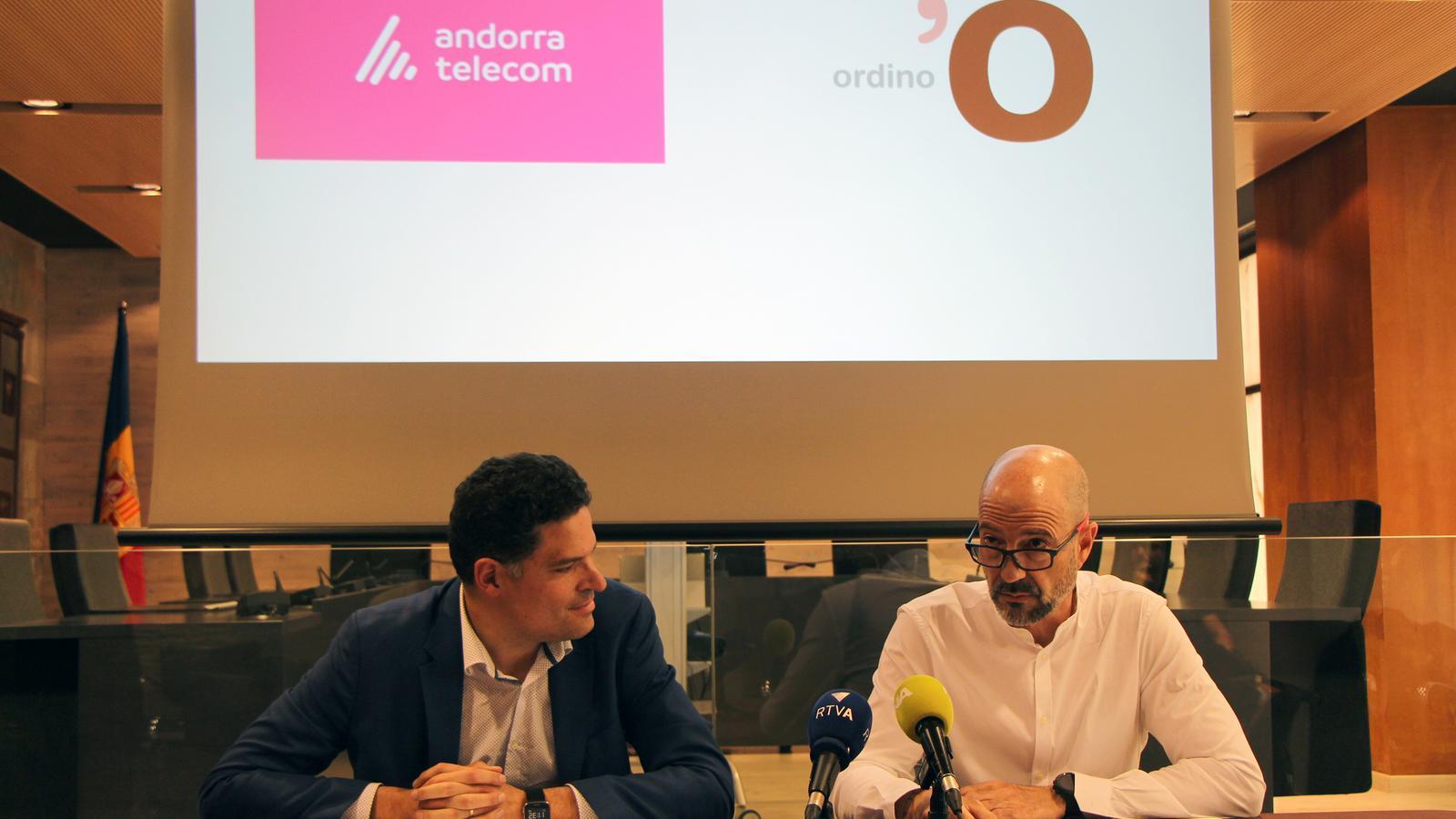 El responsable d'empresa d'Andorra Telecom, Josep Vilana, i el conseller d'Administració, Comunicació i Comerç del comú d'Ordino, Xavier Herver, fan balanç del servei Som Cloud. / C. G. (ANA)