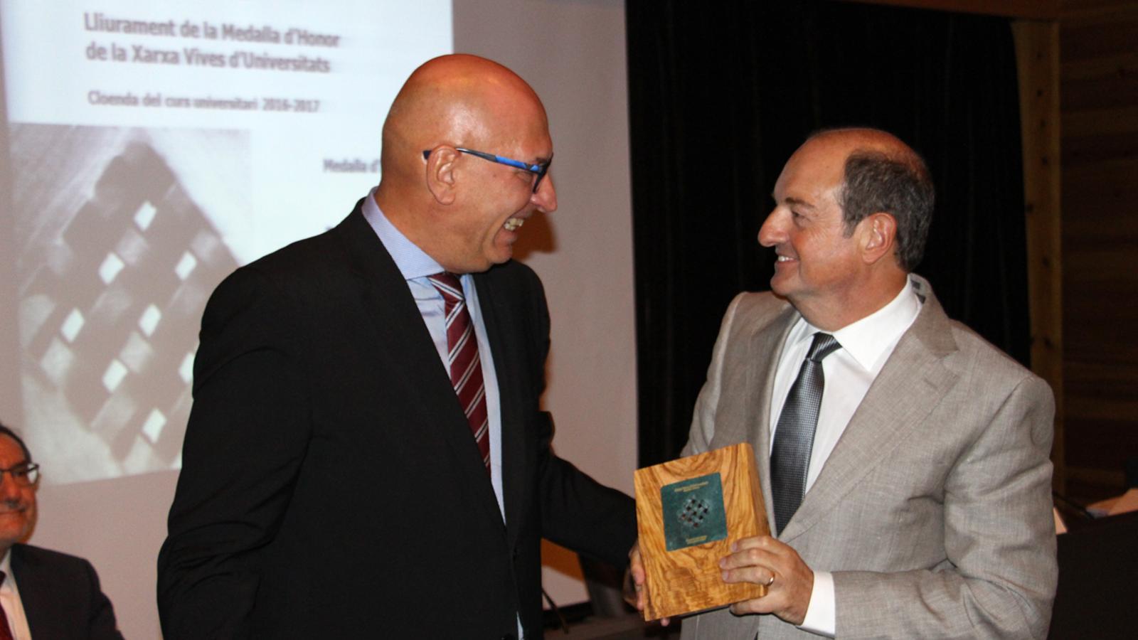 L'actual president de la Xarxa Vives i el rector de l'UdA, Miquel Nicolau, entrega la medalla d'honor a Daniel Bastida. / M.M. (ANA)