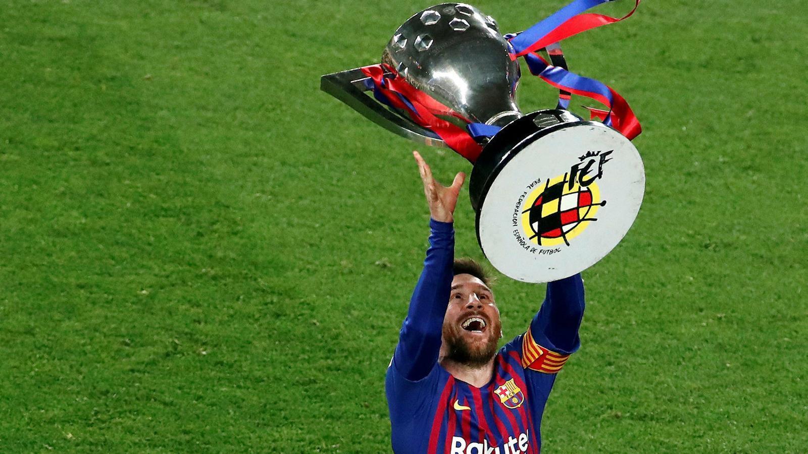 Leo Messi va aixecar a finals d'abril el trofeu que acredita el Barça com a campió de Lliga 2018/19.