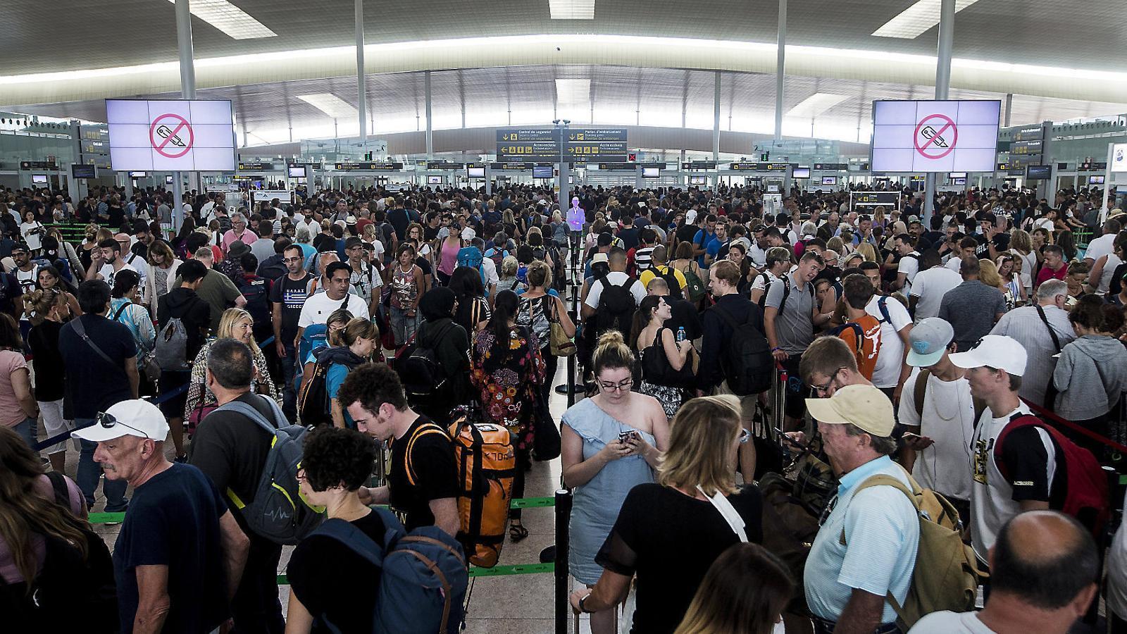El conflicte laboral de l'aeroport del Prat s'estén i amenaça Aena