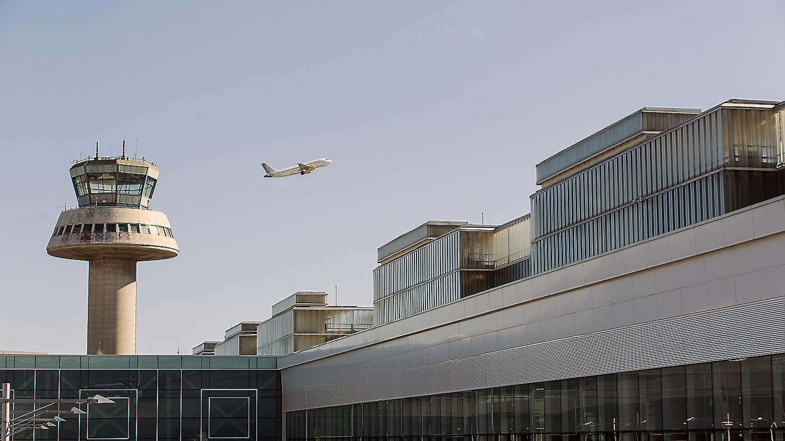 L'aeroport del Prat ja acumula sis anys superant els seus propis rècords de trànsit i l'any passat hi van passar uns 44 milions de viatgers, tot un màxim històric.