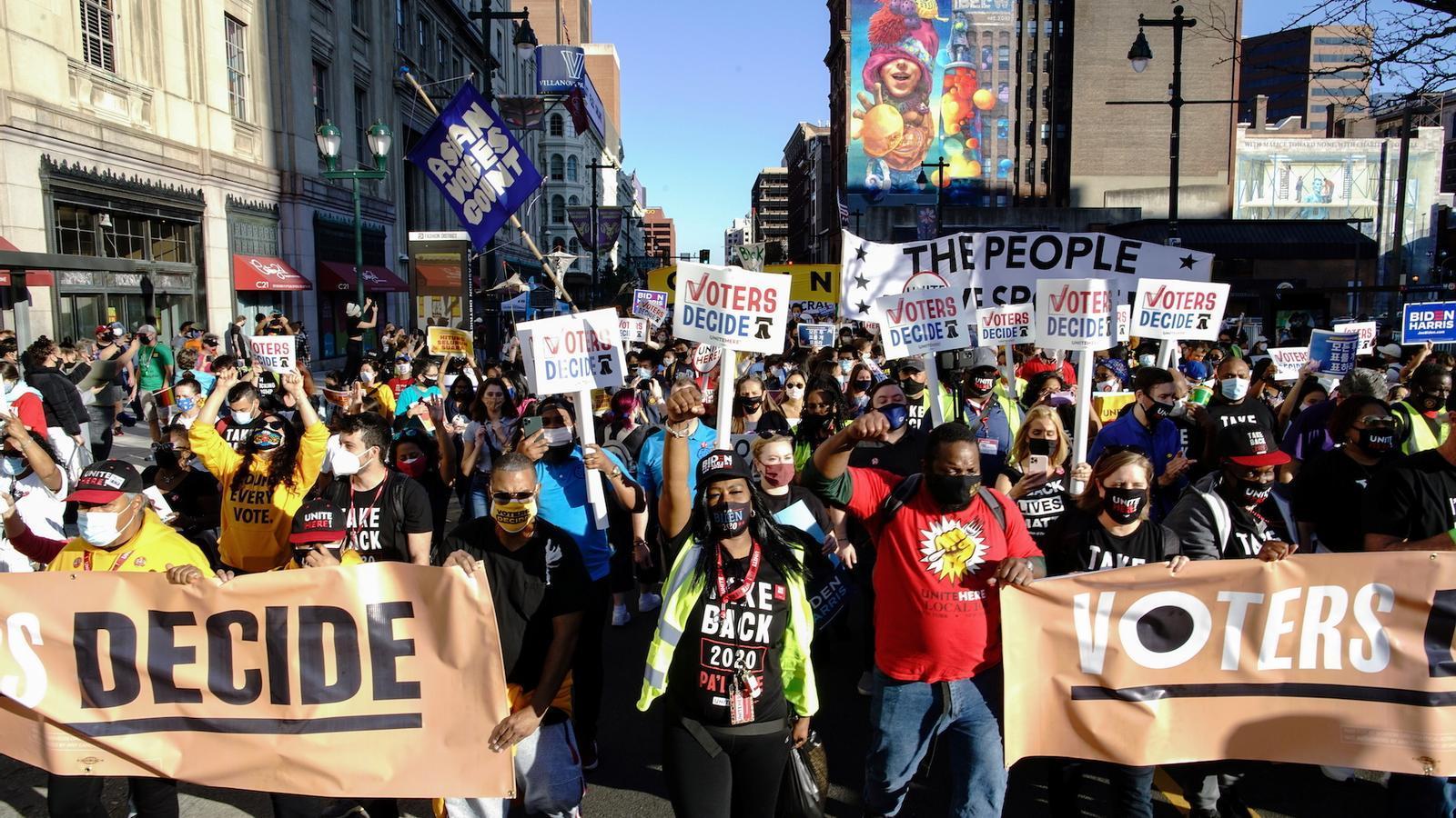 Manifestants celebrant la victòria de Joe Biden a Filadèlfia, Pennsilvània.