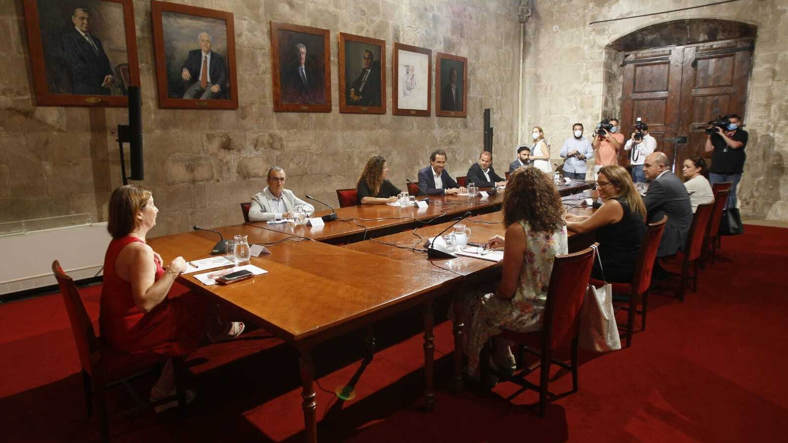 La presidenta del Govern, Francina Armengol, amb els consellers i els presidents dels consells insulars.