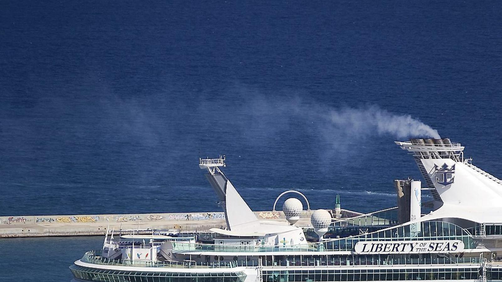 Un grup mirant-se un dels creuers de la companyia Royal Caribbean a Barcelona.
