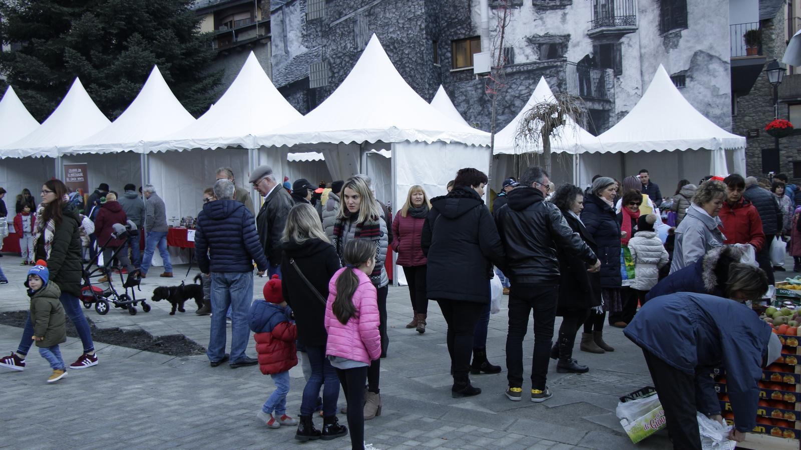Públic assistents al Mercat de Nadal d'Encamp. / C. A. (ANA)