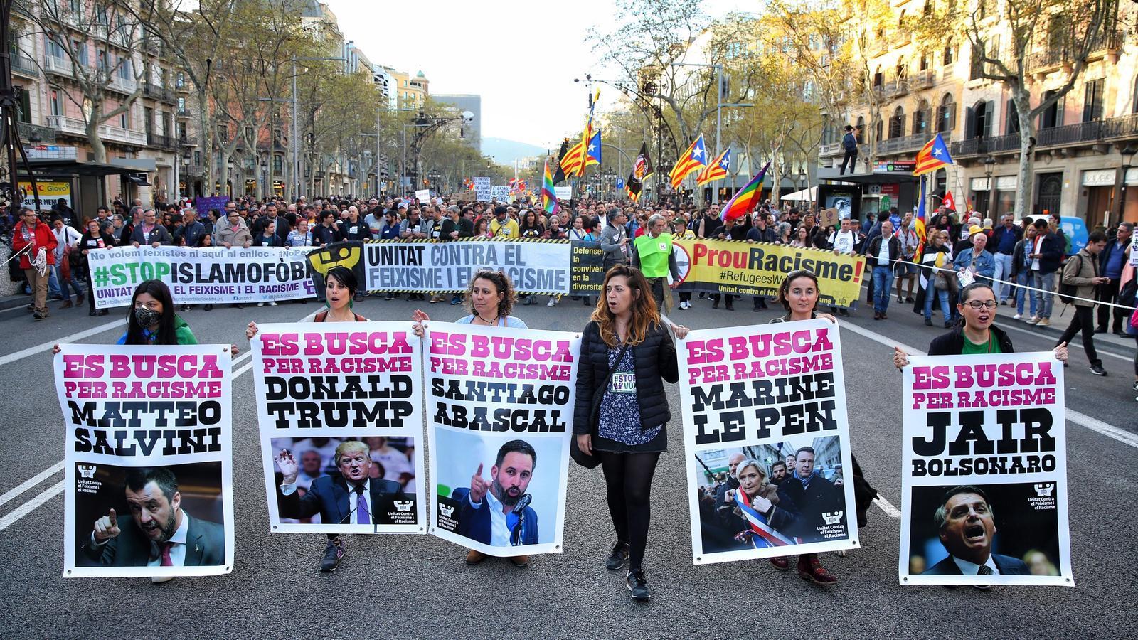 """""""Stop Vox"""": en marxa la manifestació per denunciar el racisme i l'extrema dreta"""