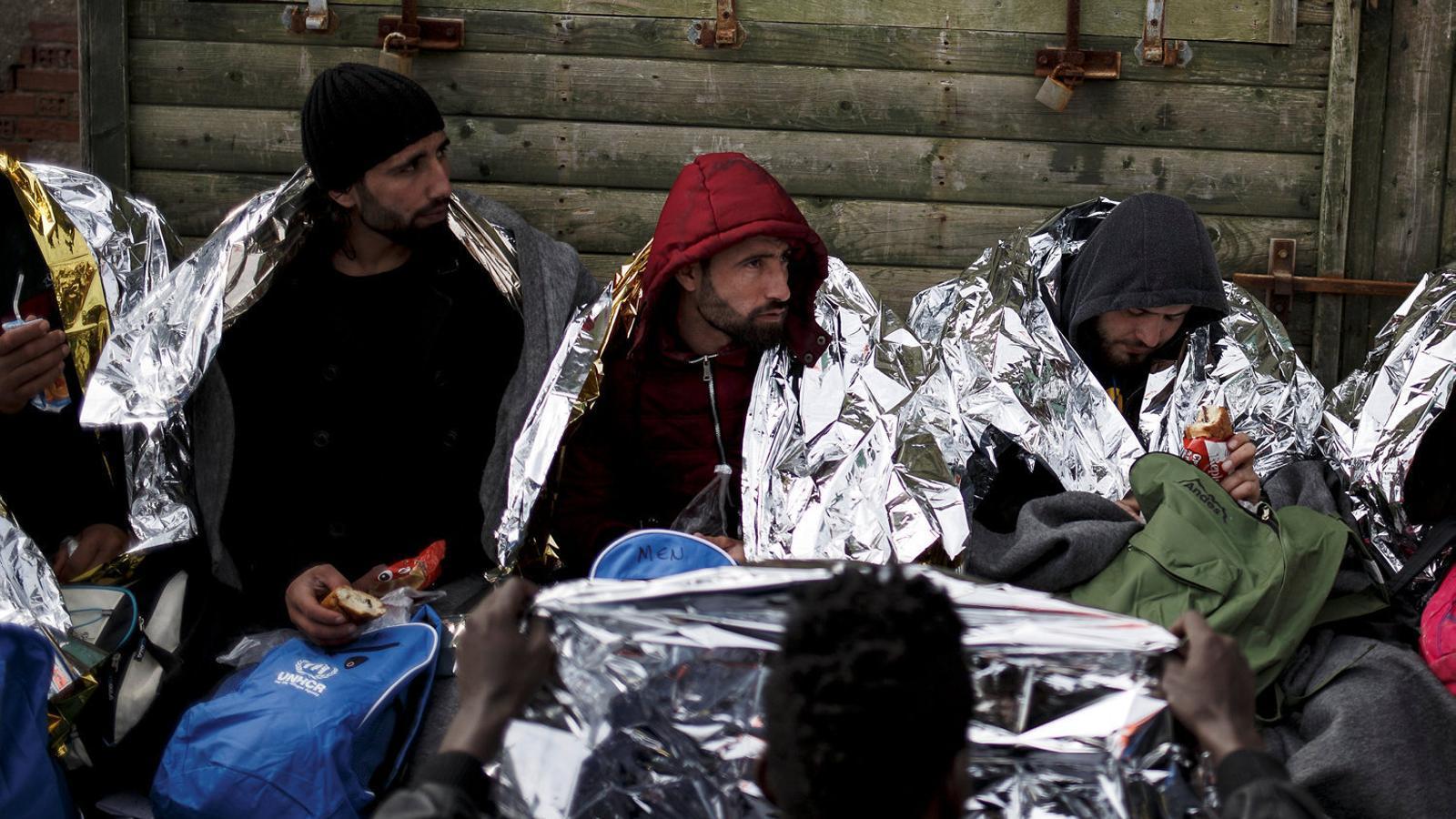 Un grup de refugiats rebent assistència després de desembarcar a l'illa grega de Quios.
