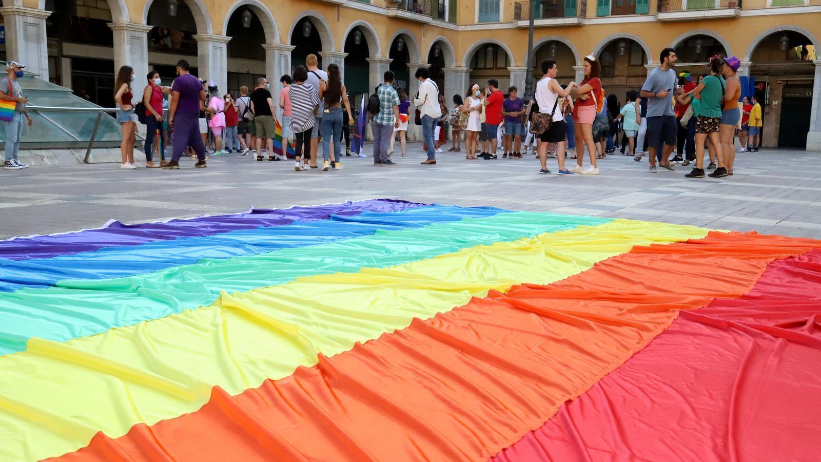 Una bandera LGTBI al terra de la Plaça Major de Palma