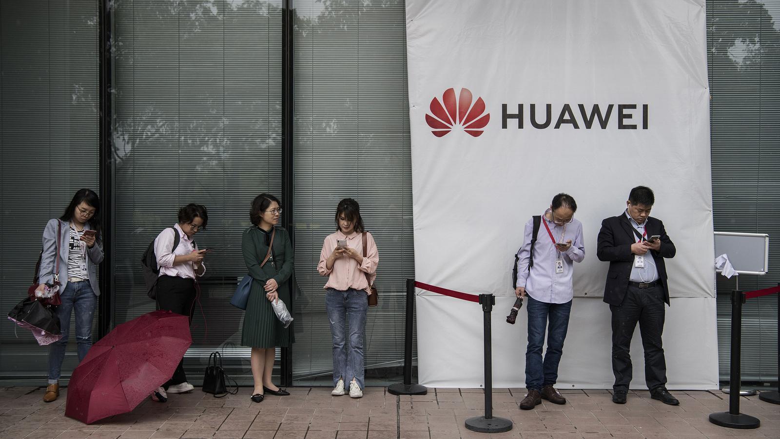 Treballadors de Huawei en una de les seves plantes a la Xina / Kevin Frayer/ Getty