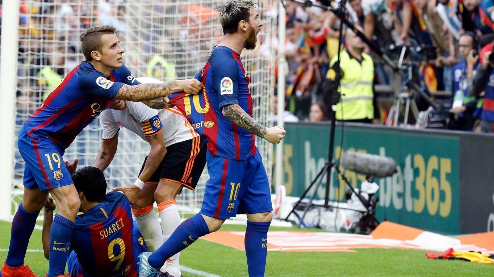 Després de veure el llançament d'una ampolla, Leo Messi celebra amb ràbia el seu gol de penal.