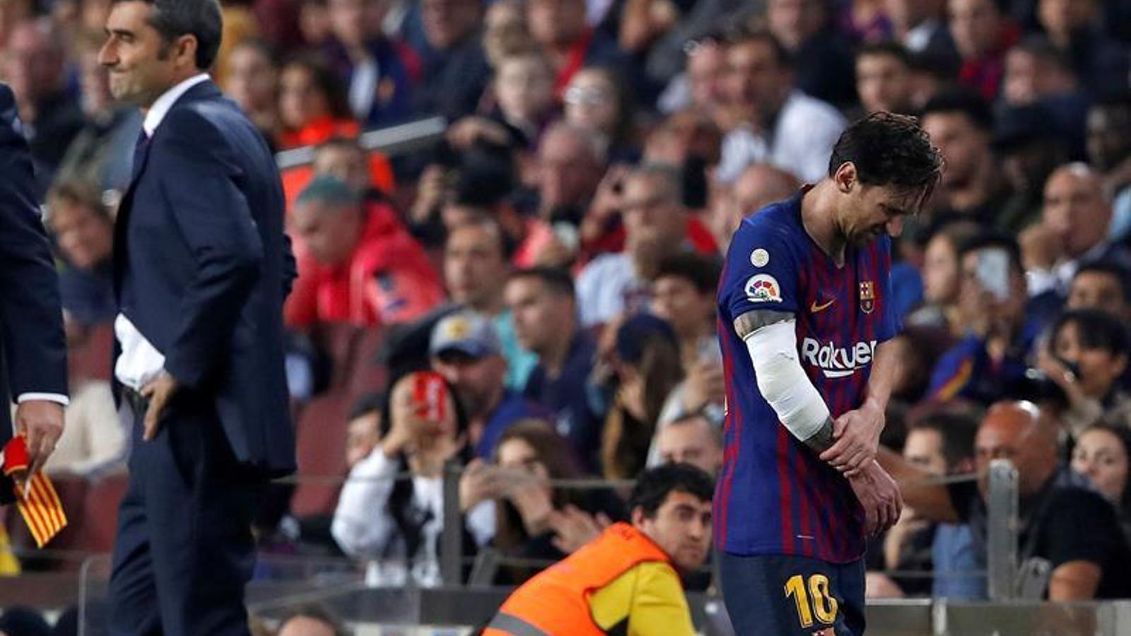 Alarma al Barça per una lesió de Messi, substituït contra el Sevilla
