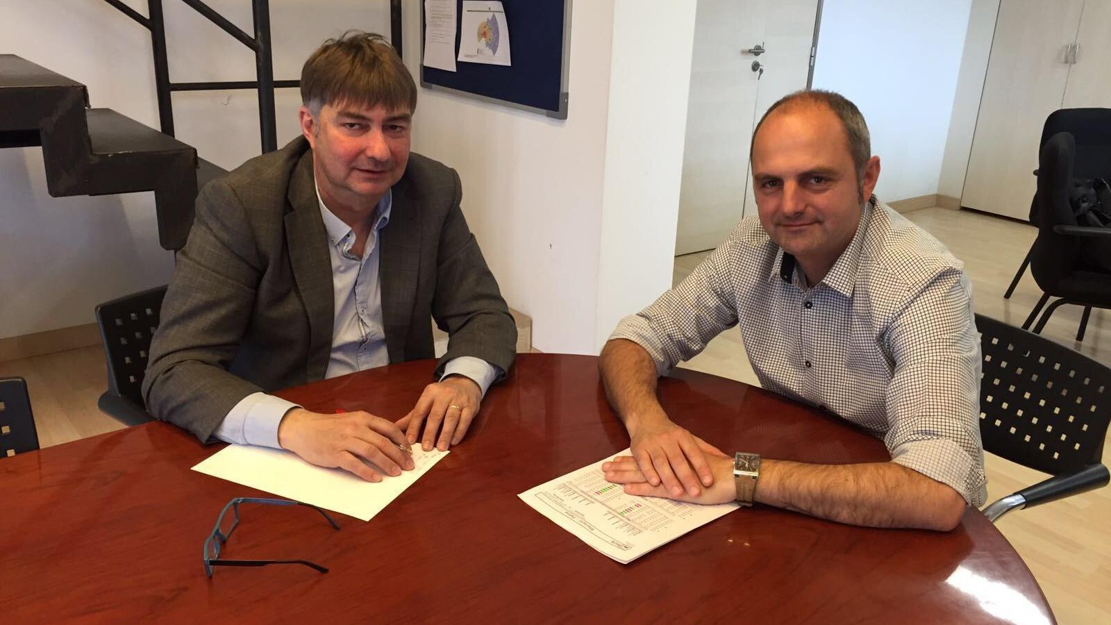El batle de Montuïri, Joan Vergere (esquerra), durant una reunió amb el director general de Mobilitat, Jaume Mateu.