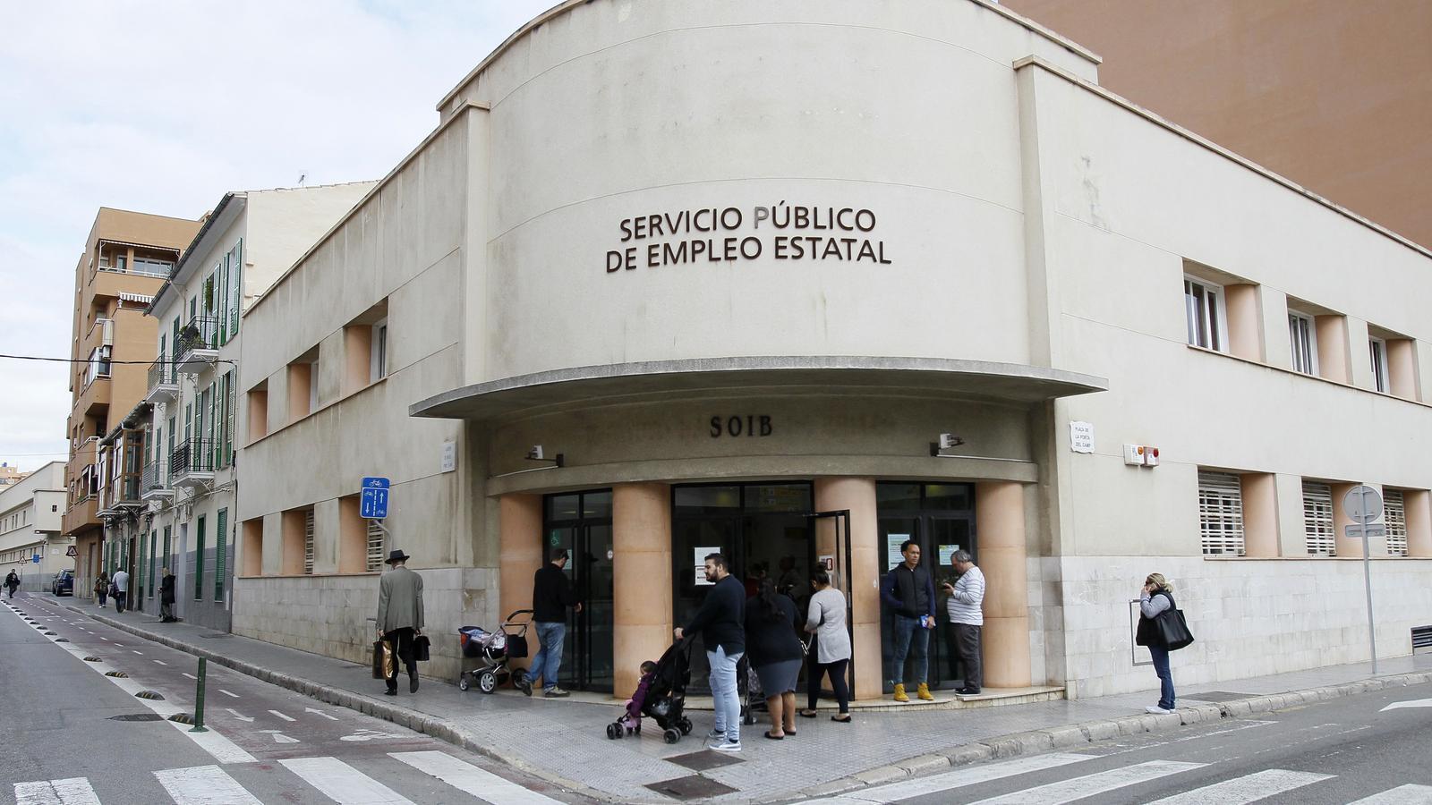 Entrada de l'edifici de Servei Públic d'Ocupació Estatal.